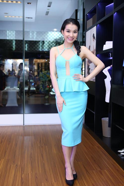 Bất ngờ với váy cắt xẻ táo bạo, sexy của Hoa hậu Thùy Lâm