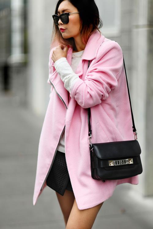 Áo khoác màu hồng giúp nàng trẻ ra 'chục tuổi '