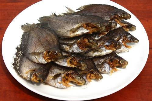 Đặc sản níu chân du khách ở Cần Thơ gỏi xoài khô cá sặc