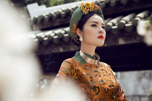 Dương Cẩm Lynh chưng diện như tiểu thư quyền quý