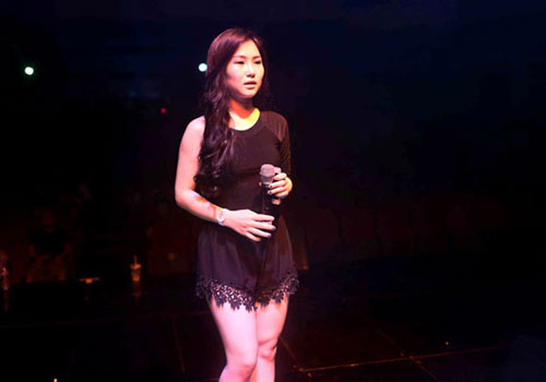 Nữ ca sĩ Hương Tràm chuộng mốt ren như đồ ngủ