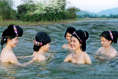 Phong tục tắm khỏa thân ở các nước khiến nhiều người ngại ngùng