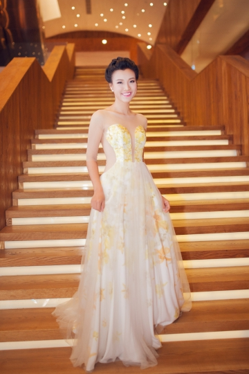 Hoàng Oanh, Kim Tuyến diện váy voan dự tiệc