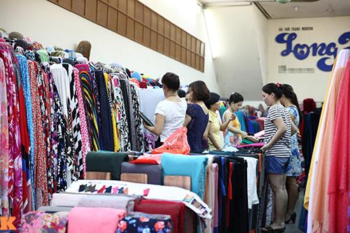 Đầu thu, dạo chợ Hà thành khảo giá vải đẹp