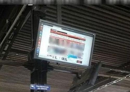 Du khách sốc nặng khi trạm buýt ở Brazil chiếu phim đen