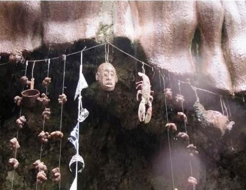 Mọi thứ đã biến thành đá một cách kỳ lạ bên cạnh hang động