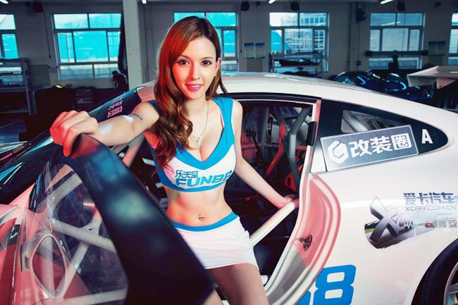 Ngắm siêu mẫu tạo dáng khoe đường cong bên siêu xe 997 GT3 Cup