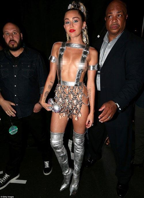 """""""Nóng mặt"""" vì trang phục hở kinh dị của Miley Cyrus"""