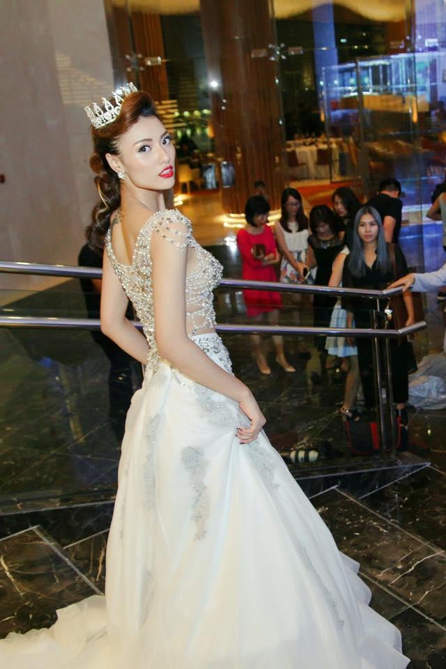 Sững sờ vì váy cưới táo bạo của Hồng Quế