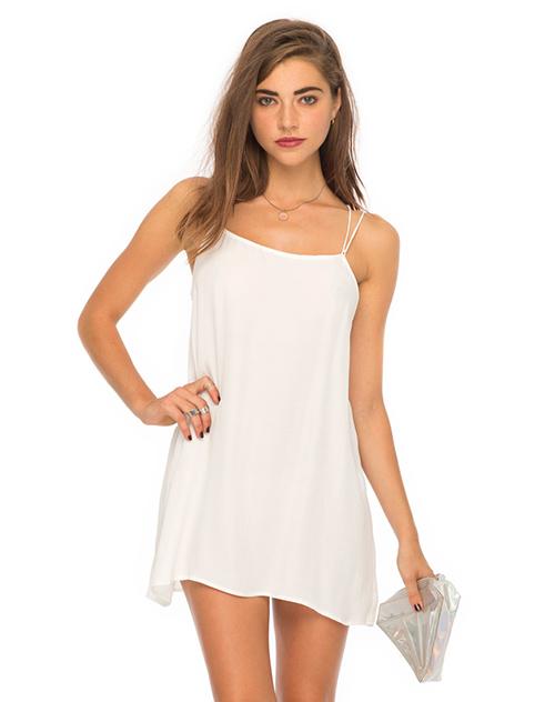 Những cách quyến rũ chàng chỉ với 1 chiếc váy lụa trắng!