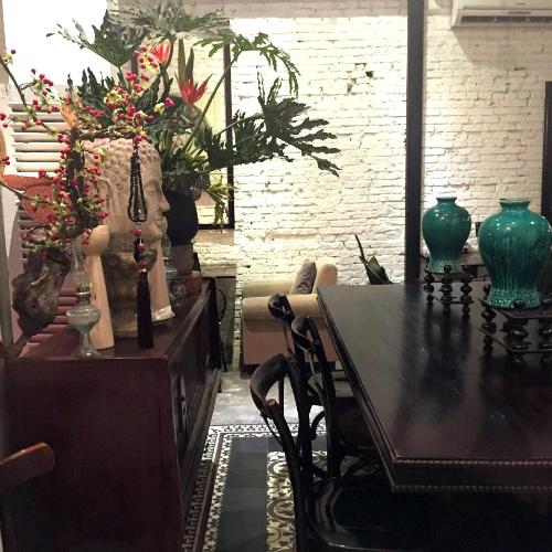 Quán cà phê cổ kính trở thành nơi ẩn náu ở Sài Gòn