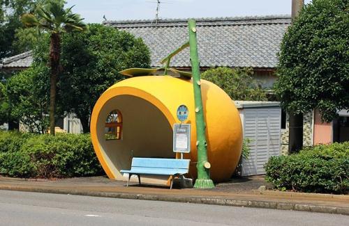 Thú vị những trạm dừng xe buýt hình hoa quả ở Nhật