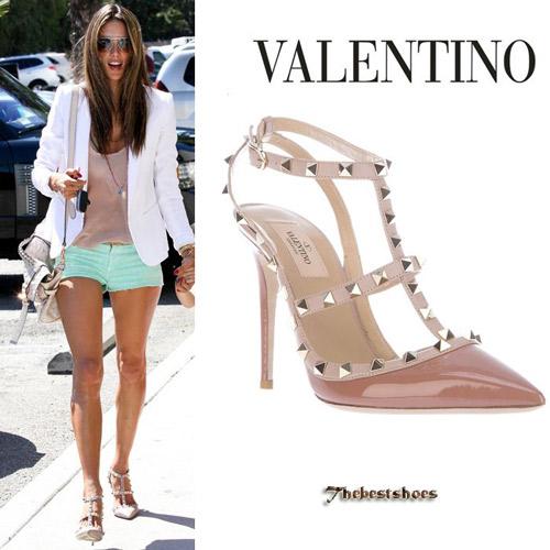"""Hình ảnh đôi giày nghìn đô của Valentino không ngừng """"hút"""" sao Việt"""