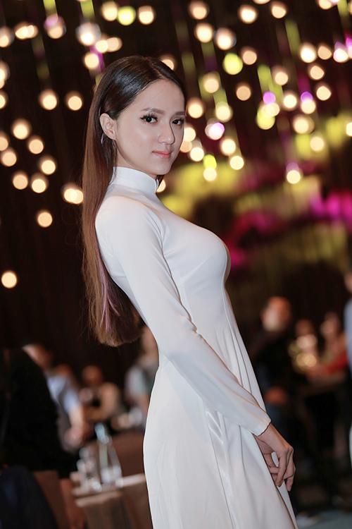 Hương Giang Idol mượn áo dài khoe vòng 1 căng tràn