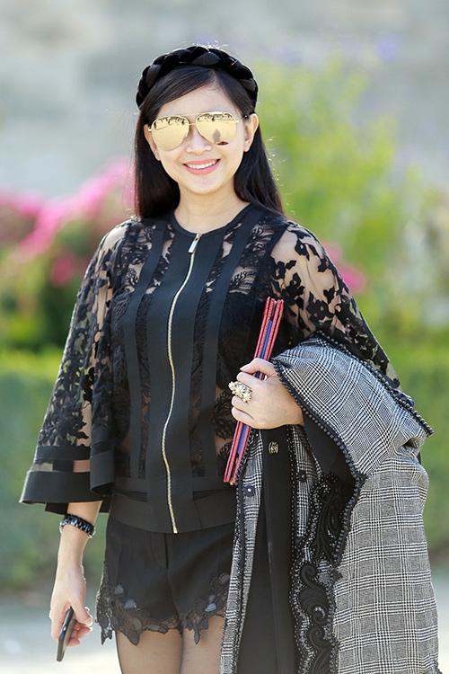 Mẹ chồng Hà Tăng gợi cảm khoe chân thon với con gái ở Paris