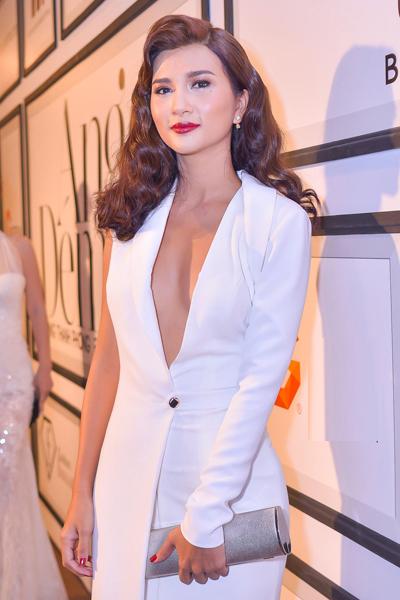 Ngắm Kim Tuyến, Angela Phương Trinh khoe vòng một với váy xẻ sâu