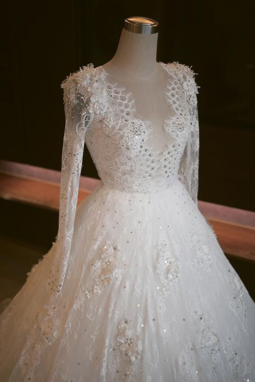 """Cận cảnh váy cưới đẹp """"đến nín thở"""" của Tú Vi"""