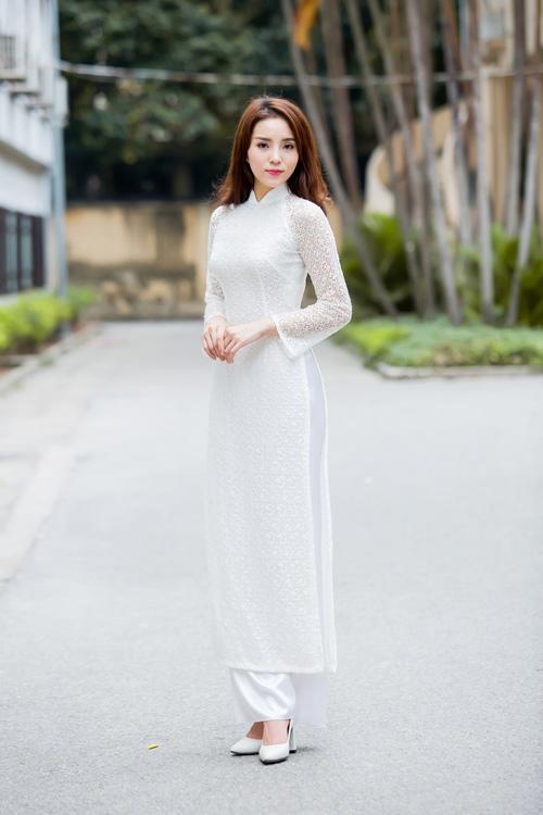 HH Kỳ Duyên áo dài trắng tinh khôi tới trường