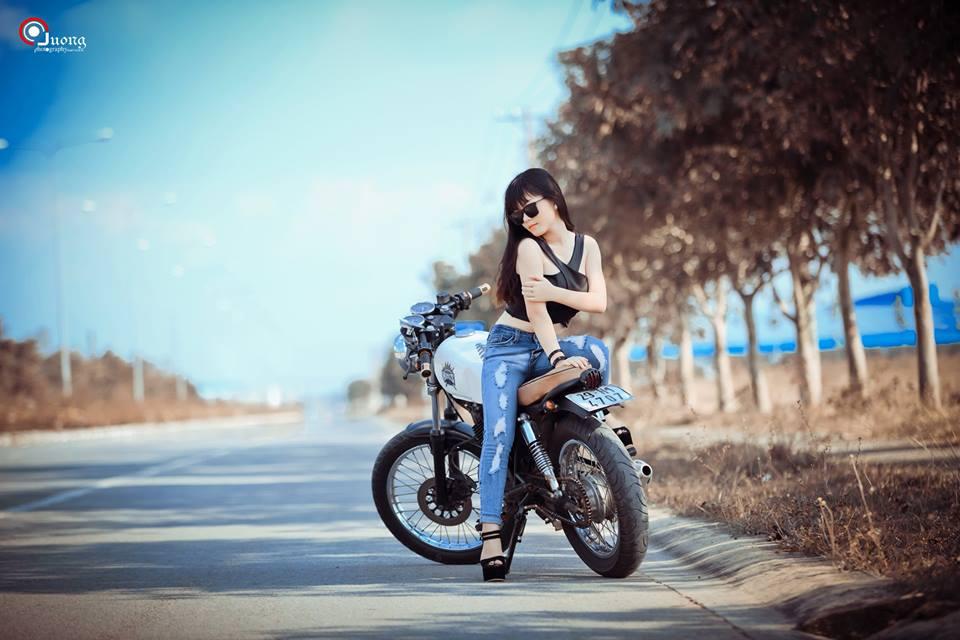 """Ngắm bạn gái """"biker"""" tạo dáng sexy cùng chiếc CAFE RACER"""