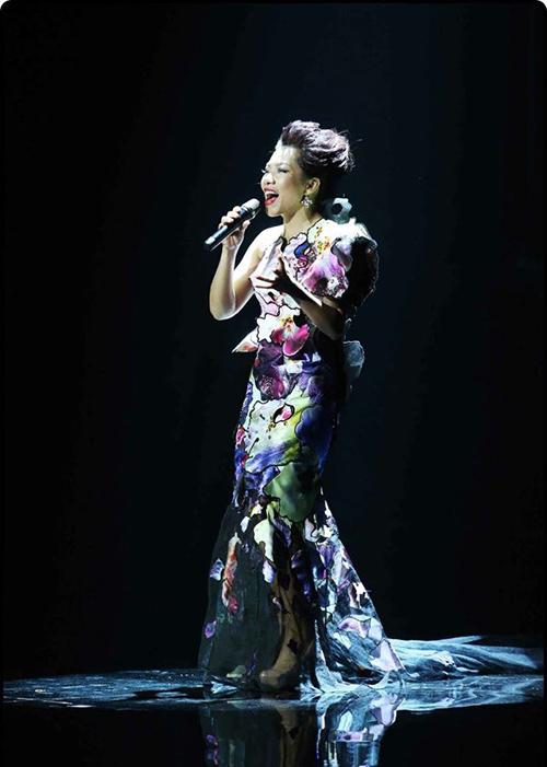 Soi váy 3D độc đáo của Hà Trần