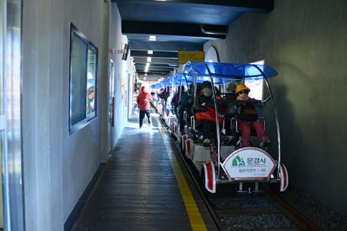Thú đạp xe trên đường ray hấp dẫn nhiều du khách