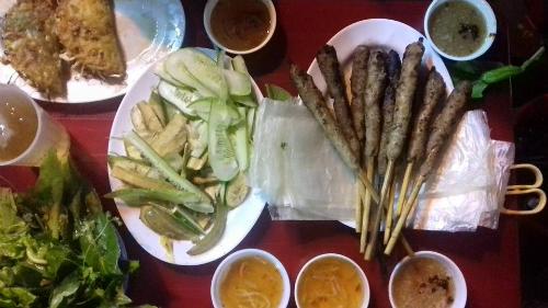 Thưởng thức bánh xèo nóng, răng mực xào bơ ở Hà Nội