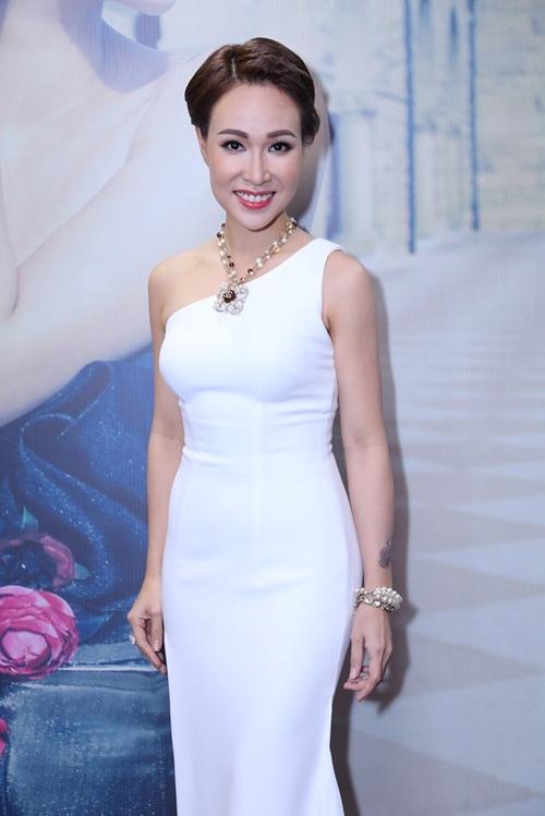 Uyên Linh khoe đường cong với váy ôm sát gợi cảm