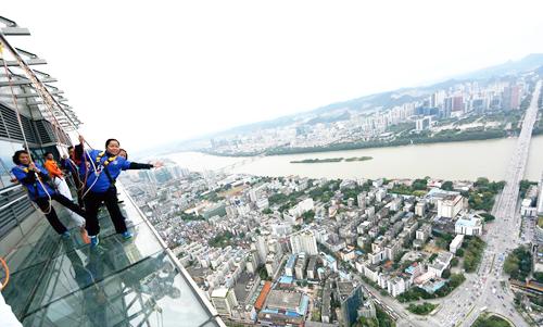 Cung đường bằng kính nằm cheo leo ở độ cao hơn 300m