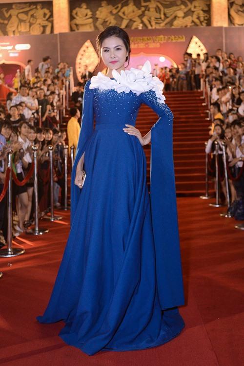 'Ngộp thở' vì váy diêm dúa của Vân Trang