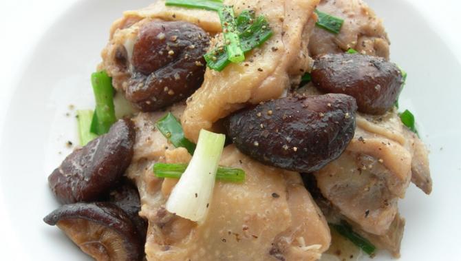 Thưởng thức bữa tối ấm bụng với gà om nấm và canh kim chi