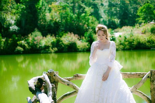Mỹ Tâm gợi cảm bất ngờ khi diện váy cưới
