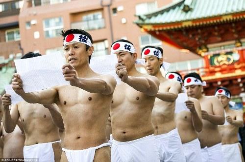 Người Nhật đóng khố tắm nước lạnh mừng năm mới