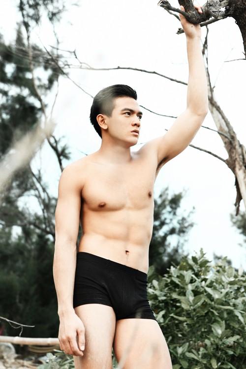 Lê Xuân Tiền khoe cợ bụng 6 múi hoàn hảo