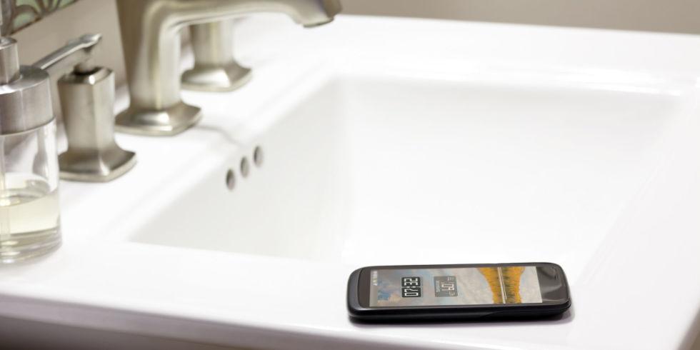 Cảnh báo ! Nhiễm vi khuẩn khi dùng điện thoại trong nhà vệ sinh