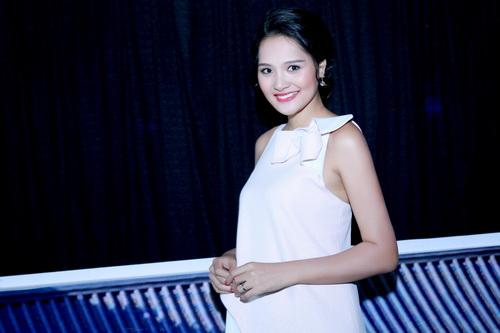 Hương Giang khoe bụng bầu 7 tháng tại sự kiện