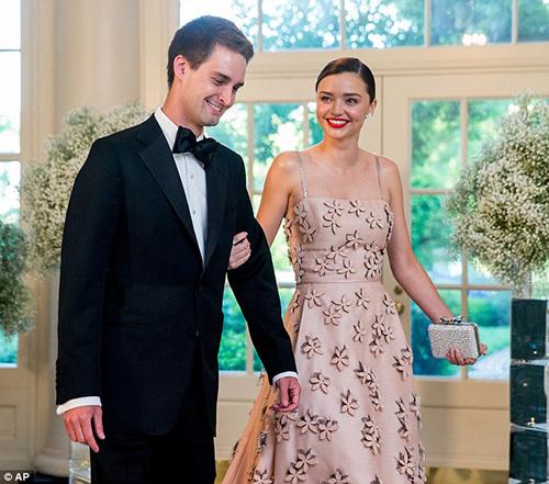Miranda Kerr váy hồng quyến rũ cùng bạn trai dự tiệc