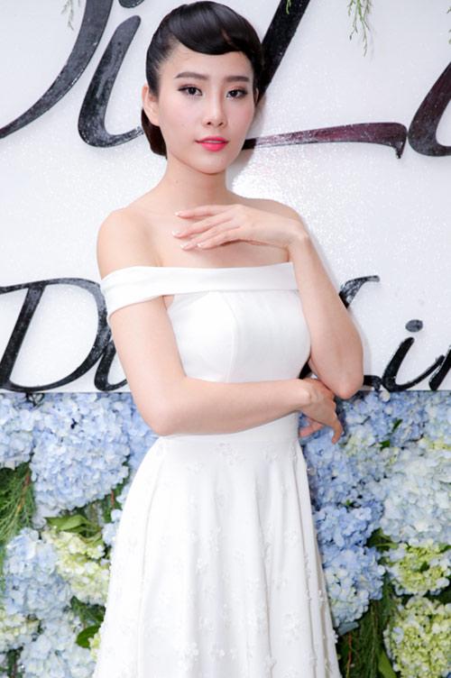 Nam Em với tóc mái ấn tượng đến chúc mừng Hoa hậu Đông Nam Á Diệu Linh