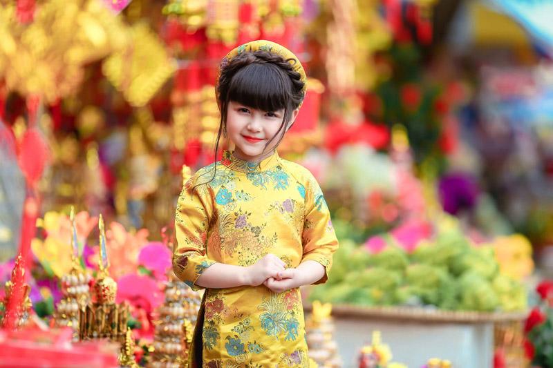 Cô bé lai Việt - Đức đẹp như trong tranh