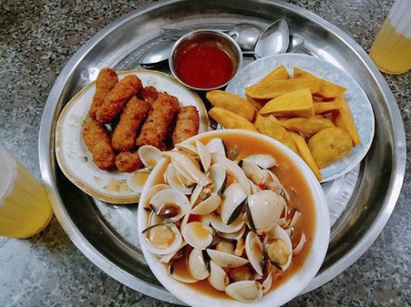 """Những khu ăn vặt nổi tiếng """"cái gì cũng có"""" ở Hà Nội bạn nên ăn một lần"""