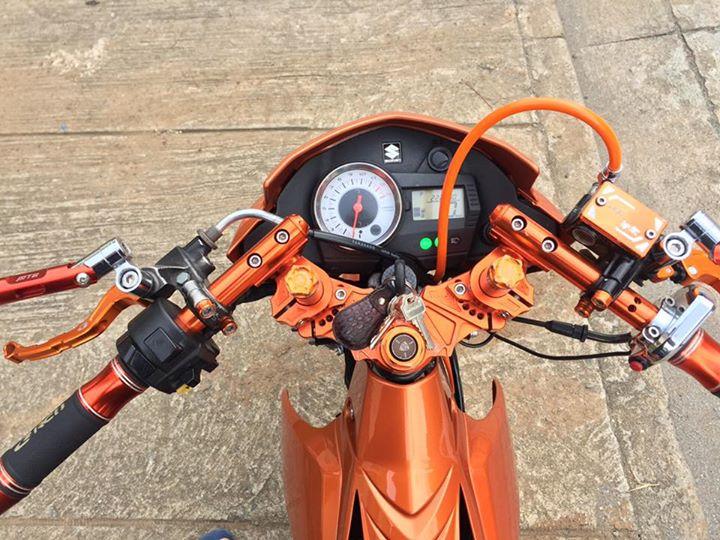 Raider 150 cơn lốc màu da cam cá tính của biker nước bạn