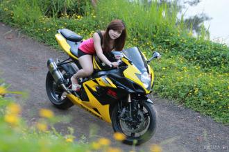 Hình ảnh Suzuki GSX-R và cô mẫu cây nhà lá vườn khá xinh