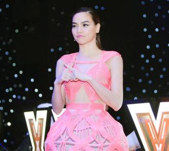 Hà Hồ lộng lẫy đầy đẳng cấp khi xuất hiện cùng chiếc váy 3D