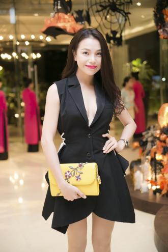 Trà Ngọc Hằng mặc váy cổ V kheo vòng 1 táo bạo
