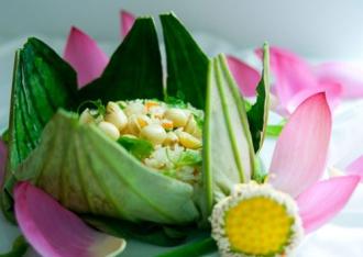 Cơm lá sen kiểu Huế cho bữa trưa Sài Gòn