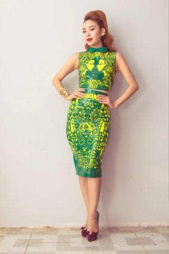 Minh Hằng mặc váy họa tiết nổi bật