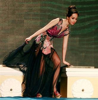 Người đẹp Việt tẽn tò vì trượt ngã trên sàn diễn