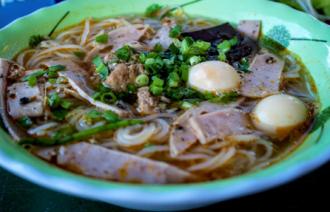 Thưởng thức món bún riêu cua ăn với tỏi ở Lý Sơn