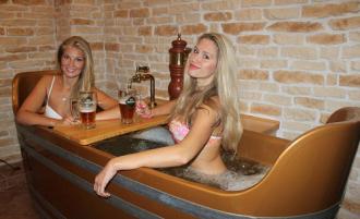 """""""Chơi sang"""" khách sạn dùng bồn tắm chứa đầy bia hơi ở Czech"""