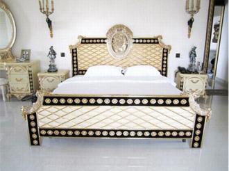 Ngắm phòng ngủ hoàng gia cổ điển đắt giá của sao nữ