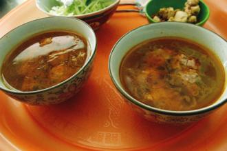 Bữa sáng ngon lành với bánh mì xíu mại nóng hổi ở Đà Lạt